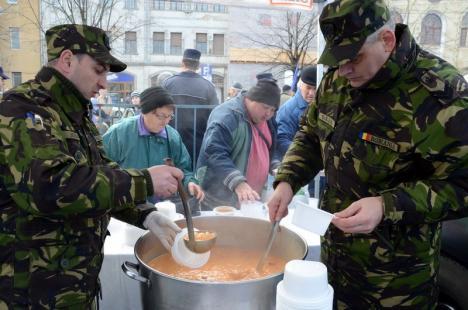 La mulţi ani România! 2.700 de porţii de fasole cu ciolan pregătite pentru 1 Decembrie la Oradea