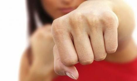 Cat fight: O orădeancă s-a ales cu dosar penal, după ce a atacat-o pe noua iubită a fostului soţ