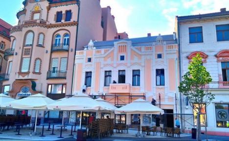În sfârşit, look 'proaspăt'! Faţada clădirii de lângă Palatul Vulturul Negru a fost reabilitată