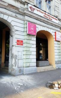 PSD, pericol public! Bucăţi de tencuială de prăbuşesc de pe sediul din Parcul 1 Decembrie din Oradea