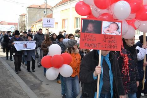 """""""Iubeşte-ţi copilul şi lasă-l să trăiască!"""": 200 de orădeni au mărşăluit împotriva avorturilor (FOTO)"""