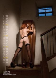 Sicrie promovate cu femei topless! (FOTO)