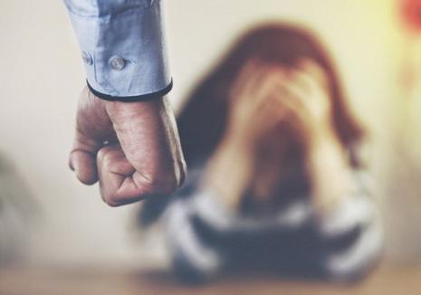 Caz şocant în Oradea: O femeie a fost sechestrată şi obligată la sex oral de un cuplu. Indivizii au fost arestaţi
