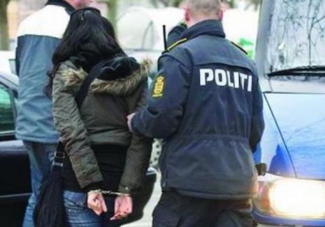 Două ţigănci care au intrat să fure dintr-o casă din Şuncuiuş au nimerit la ieşire direct în braţele poliţiştilor. Ce aveau în genţi femeile