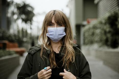 Oamenii par mai frumoși cu mască