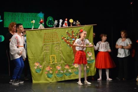 """Festivalul """"Flori de mai"""": Elevii cu cerinţe speciale şi-au demonstrat abilităţile artistice, pe scena Teatrului Arcadia (FOTO/VIDEO)"""