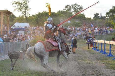 Au venit din patru zări să lupte pentru orădeni: Festivalul Medieval a fost bogat în demonstraţii spectaculoase încă din prima seară (FOTO / VIDEO)