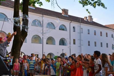 Copii, poftiţi la teatru! Festivalul Arcadia a debutat cu un spectacol cu baloane de săpun (FOTO/VIDEO)