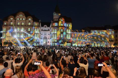 De neratat! Show-ul Art Nouveau cu proiecţii şi acrobaţii pe clădiri a impresionat mii de orădeni în Piaţa Unirii (FOTO / VIDEO)