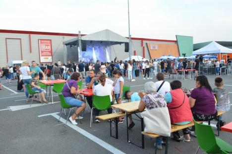 A început Festivalul Familiei, cu bunătăţi, jocuri şi concerte, la ERA Park. Dorian a renunţat la tricou pentru fane (FOTO / VIDEO)