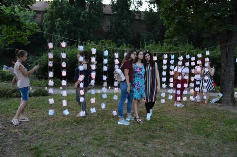 Sute de orădeni au cântat și au aprins gulguțe la Festivalul Luminii din Șanțul Cetății (FOTO / VIDEO)