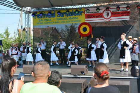 Sarmale pentru toată lumea! Aproape 20.000 de sarmale, împărţite la festivalul românesc din Salonta (FOTO)