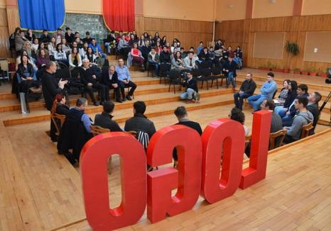 La mai mare! Elevii de la Ghibu au sărbătorit un milion de vizualizări pe site-ul revistei lor printr-o lecţie despre presă cu jurnaliştii orădeni (FOTO)