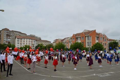 Generaţia pandemiei: O şcoală din Oradea a organizat o festivitate în aer liber, cu triaj şi distanţare socială, pentru absolvenţi (FOTO)