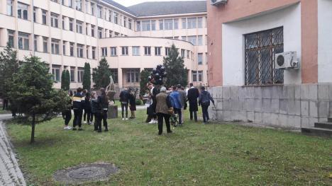 Festivitatea de absolvire a studenților facultății de Istorie a avut și momente inedite: tinerii au fost felicitați de Florin Piersic (FOTO / VIDEO)