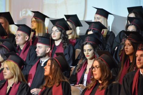 Lecţie despre libertatea de exprimare, la festivitatea absolvenţilor de la Drept: 'Veţi fi lideri de opinie, aveţi obligaţia să vă manifestaţi drepturile' (FOTO)