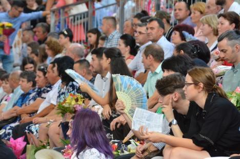 """Absolvenţii FMF Oradea au sărbătorit finalizarea studiilor. Rectorul Bungău: """"Rămâneţi să profesaţi în Bihor"""" (FOTO / VIDEO)"""