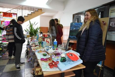 Zi de sărbătoare, la Liceul de Arte: Elevii şi-au expus creaţiile, la un târg de Crăciun (FOTO)