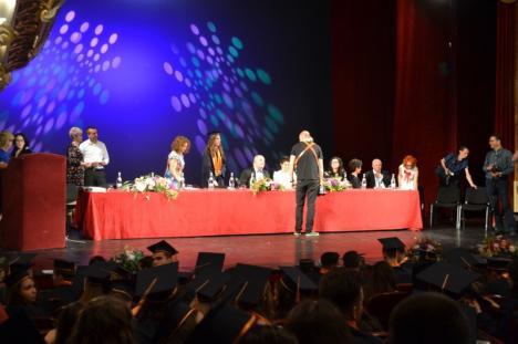 Directorul Colegiului Gojdu a făcut glume despre 'carduri' şi 'cadouri' la festivitatea de absolvire de la Teatrul Regina Maria (FOTO)