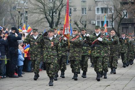 Moment emoţionant la festivităţile de Ziua Naţională, la Oradea: Un tânăr militar şi-a cerut iubita în căsătorie! (FOTO / VIDEO)
