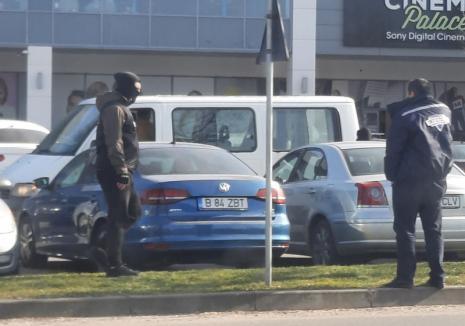 Mascaţi în parcarea Lotus Center! Traficanţi de ecstasy, prinşi în flagrant de poliţiştii Antidrog din Oradea (FOTO)