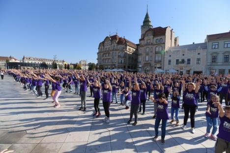 La mulţi ani cu... veselie! 900 de elevi ai Şcolii Oltea Doamna au dansat alături de profesorii lor în Piaţa Unirii (FOTO / VIDEO)