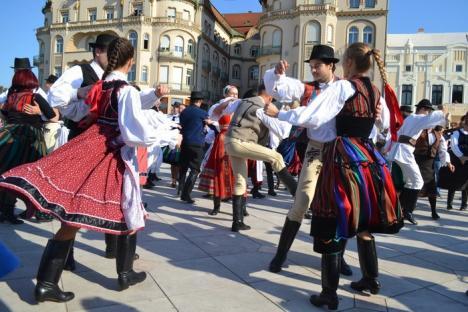 Flash mob cu dansuri, bătăi pe picioare şi... pălincă, în Piaţa Unirii (FOTO/VIDEO)