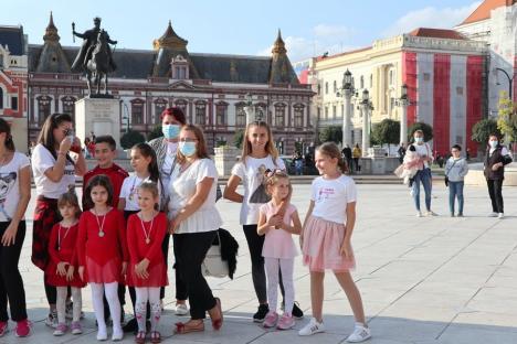 'Jerusalema' în Piaţa Unirii: 100 de copii şi părinţii au dansat în centrul Oradiei (FOTO / VIDEO)