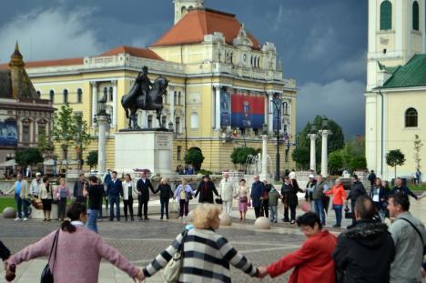 Lanţ uman: Circa 100 de etnici maghiari din Oradea au cerut o statuie a Sfântului Ladislau în Piaţa Unirii (FOTO)
