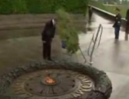 Preşedintele Ucrainei, lovit în cap de o coroană de flori (VIDEO)