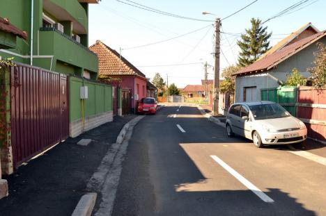 Ne enervează: trotuarul îngust şi în pantă din strada Fluturilor (FOTO)