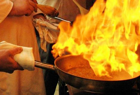 Din bucătărie la Reanimare: O combinaţie de ulei încins şi apă a băgat în spital, cu arsuri serioase, un cuplu din apropierea Oradiei