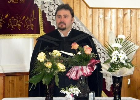 Cameraman fierbinte: Preotul prins cu SMS-uri deocheate s-a apucat de televiziune