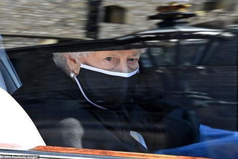 """Funeraliile prințului Philip: Familia regală și-a luat adio de la """"prințul viking"""". Imagini impresionante cu regina singură în strana din capelă (FOTO)"""