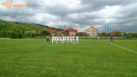 Salvatorii jucătorului Andrei Cătană, premiaţi de AJF şi de clubul Crişul Aleşd (FOTO)