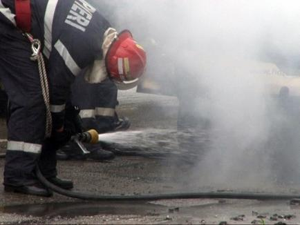 O maşină a luat foc în mers, din cauza unor improvizaţii la toba de eşapament