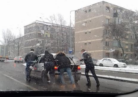 """Fotografia săptămânii în traficul din Oradea: Un şofer rămas cu maşina defectă a fost  """"salvat"""" de doi poliţişti"""