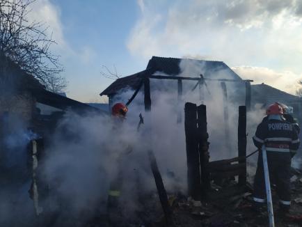 Trei incendii în două zile, în Bihor: un hambar, un adăpost de animale şi o cameră tehnică au luat foc