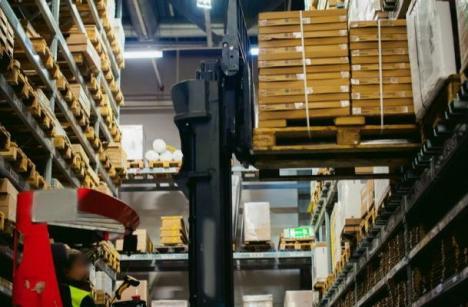 Un bărbat a murit după ce un container cu electrocasnice i-a căzut în cap într-un magazin Selgros