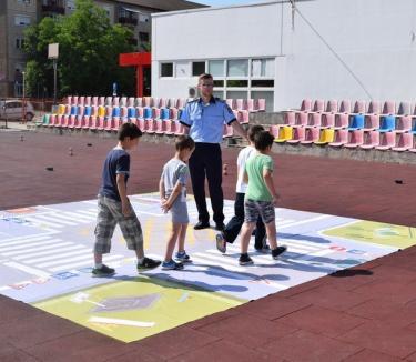 Sute de copii au sărbătorit 1 Iunie alături de poliţişti (FOTO)