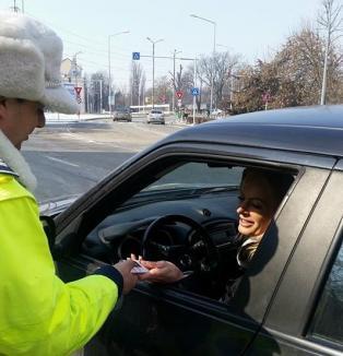 """Operaţiunea """"Mărţişorul"""":  De 1 Martie, poliţiştii au împărţit mărţişoare cu mesaje preventive realizate de copii (FOTO)"""