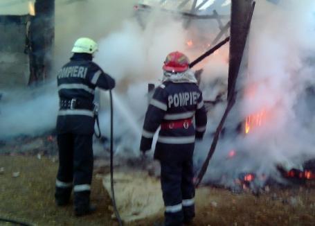 Incendiu în Crânceşti: Acoperiş făcut scrum şi mai multe utilaje distruse, din cauza unei afumători nesupravegheate