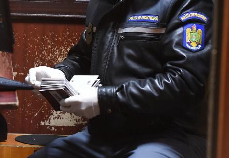 Şpagă la frontieră, pentru fentarea carantinei. Un poliţist de la PTF Petea a fost prins în flagrant când primea 200 de euro