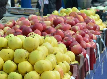 Un transport ilegal cu 4 tone de mere, confiscat de poliţişti