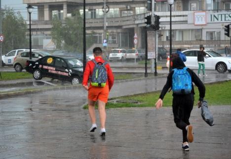 Sfaturi de la ISU: Când vine o furtună, adăpostiţi-vă în locuinţe!