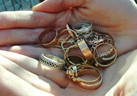 Hoaţe de mici: Două ţigăncuşe de 13 ani din Lugaşu de Jos au furat bani, bijuterii, parfumuri şi farduri de peste  6.000 lei