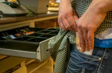 Doi bărbaţi au jefuit un magazin din Ştei. Au plecat cu încasările şi 30 de cartuşe de ţigări