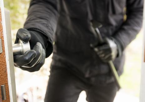 Doi hoţi au intrat în casa unui orădean de trei ori în trei zile. Proprietarul s-a prins că e furat doar după ce s-a trezit fără televizor!