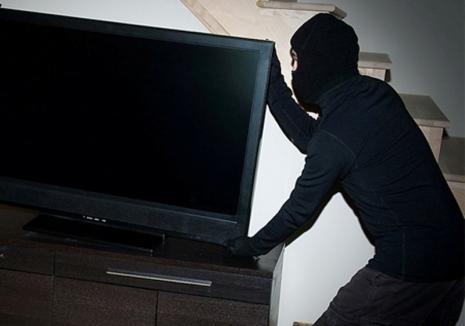 Un bihorean a furat un televizor LED din Ştei şi l-a instalat acasă. A fost prins după o lună