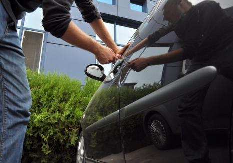 Spărgător de maşini prins în flagrant! Eliberat condiţionat în luna august, hoţul a ajuns înapoi în arest